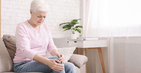 Douleur genou arthrose dame assise
